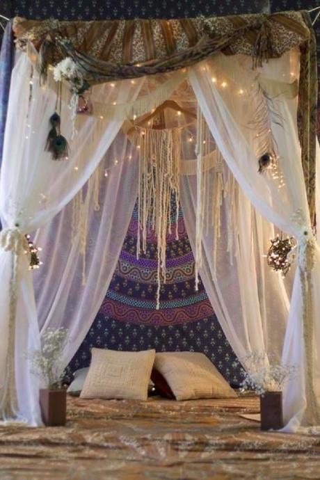 déco : un ciel de lit pour une chambre bohème et cosy