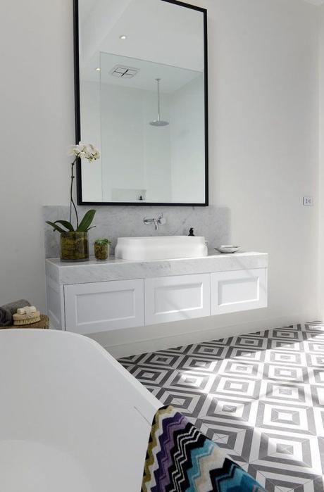 15 inspirations pour une salle de bain en noir et blanc for Bathroom ideas karachi