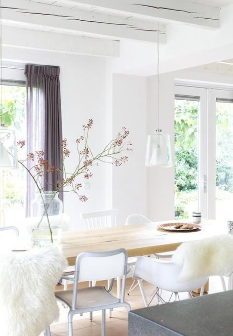 chaises-depareillees-tendance-scandinave-blanc-fourrure-mur-blanc-eames