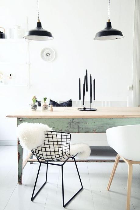 chaises-despareillees-bertoia-diamond-fourrure-tendanc-scandinave-wabi-sabi-table-suspension-industrielle-mur-sol-parquet-blanc