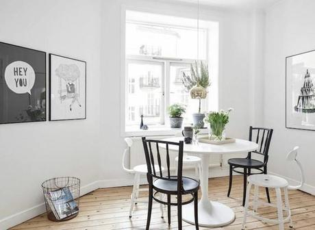 chaises-despareillees-noir-et-blanc-scandinave-affiches-panier-grillage-blanc