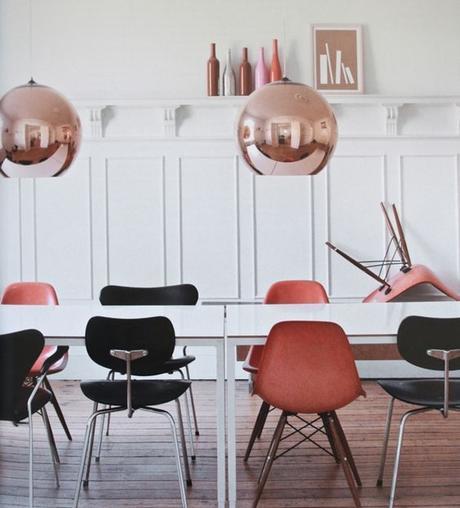 chaises-depereillees-salle-a-manger-cuivre-eames-coque-moulures-noir-rose