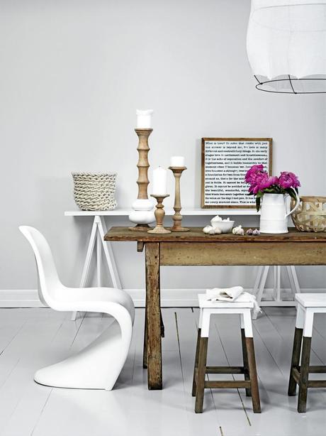chaises-depareillees-pantone-tabouret-tie-and-dye-style-scandinave-suspension-lin-bougeoir-bois-table-bois-panier