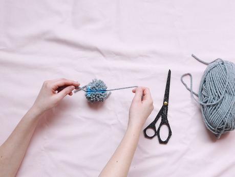 DIY : Couronne de Noël en pompons de laine et eucalyptus ClemAroundTheCorner