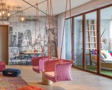 Visite déco : salon multicolore et mélange de style