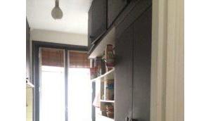 cuisine discrète dans pièce ouverte
