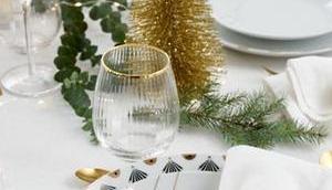 table trouver vaisselle dorée